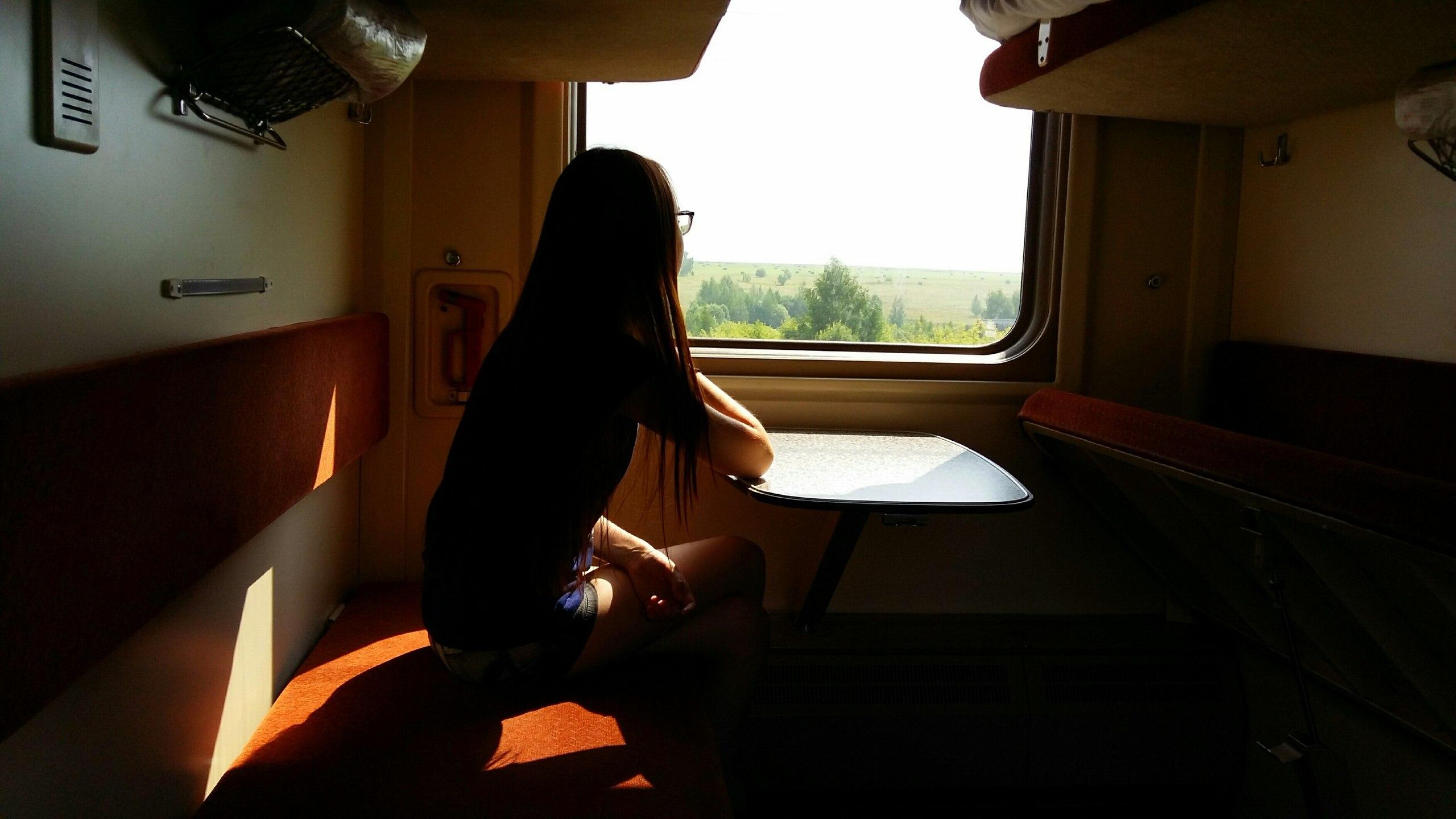 ктонить стоящую у окна вагона девушку трахнули видео играла